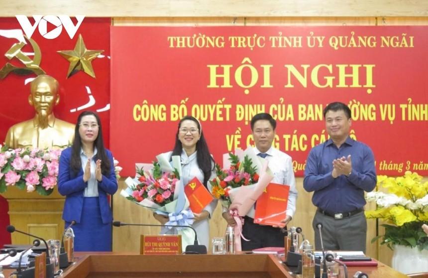 Ông Phạm Xuân Duệ, Chánh Văn phòng UBND tỉnh và bà Trần Thị Minh Tuyền, Phó Chánh văn phòng Tỉnh ủy Quảng Ngãi nhận quyết định bổ nhiệm.