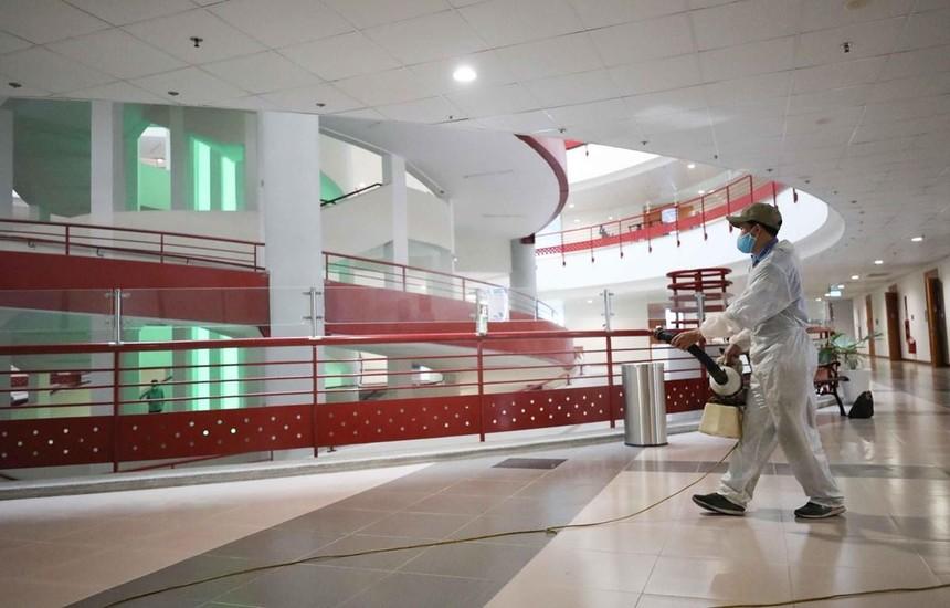 Đại học Kinh tế quốc dân thực hiện phun khử khuẩn để đón sinh viên trở lại trường. (Ảnh: Thanh Tùng/TTXVN).