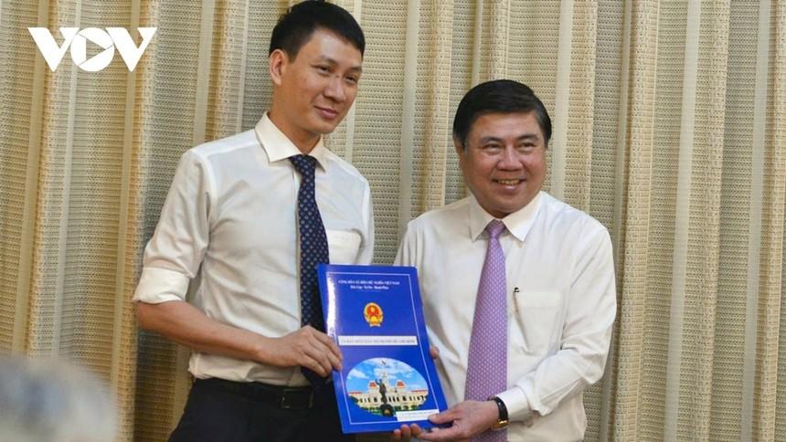 Chủ tịch UBND TP.HCM Nguyễn Thành Phong trao Quyết định cho ông Trương Trung Kiên.