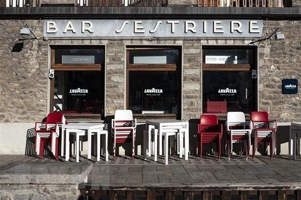 Một quán bar đóng cửa khi các biện pháp hạn chế được áp dụng nhằm ngăn dịch COVID-19 lây lan tại Sestriere, Italy. (Nguồn: AFP/TTXVN).
