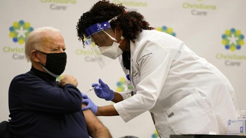Ông Biden tiêm liều vaccine ngừa Covid-19 đầu tiên tại bang Delaware. (Ảnh: AP).