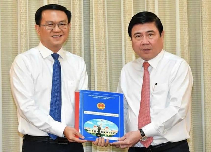 Ông Lâm Đình Thắng (trái) nhận quyết định.