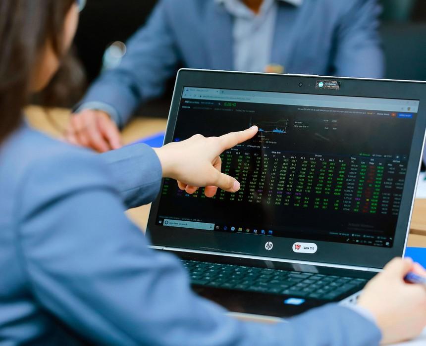 Nhà đầu tư tìm đến cổ phiếu của những doanh nghiệp có lợi nhuận quý I tăng trưởng mạnh. Ảnh: Dũng Minh.