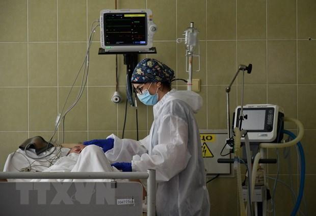 Nhân viên y tế điều trị cho bệnh nhân COVID-19 tại bệnh viện ở Lviv, Ukraine. (Ảnh: AFP/TTXVN).