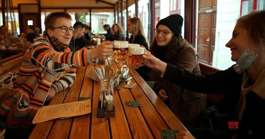 Người dân Séc có thể tụ tập tối đa 10 người ở trong nhà từ 12/4.