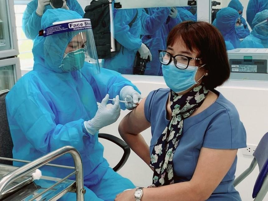 Nhân viên y tế Bệnh viện Bệnh Nhiệt đới Trung ương tiêm vaccine phòng COVID-19.