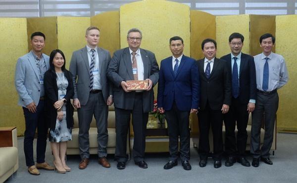 Phó Chủ tịch UBND thành phố Đà Nẵng Hồ Kỳ Minh (thứ tư từ phải sang) tặng quà lưu niệm cho Ngài Đại sứ Phần Lan Kari Kahiluoto.
