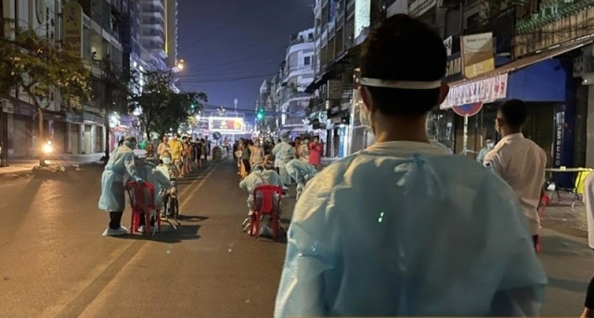 Các bác sỹ lấy mẫu bệnh phẩm xét nghiệm Covid-19 cho người dân Phnom Penh.
