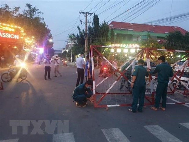 Lực lượng chức năng dỡ bỏ phong tỏa khu vực cách ly liên quan tới bệnh nhân người Trung Quốc tại phường An Phú, thành phố Thuận An, Bình Dương. (Ảnh: Huyền Trang/TTXVN).
