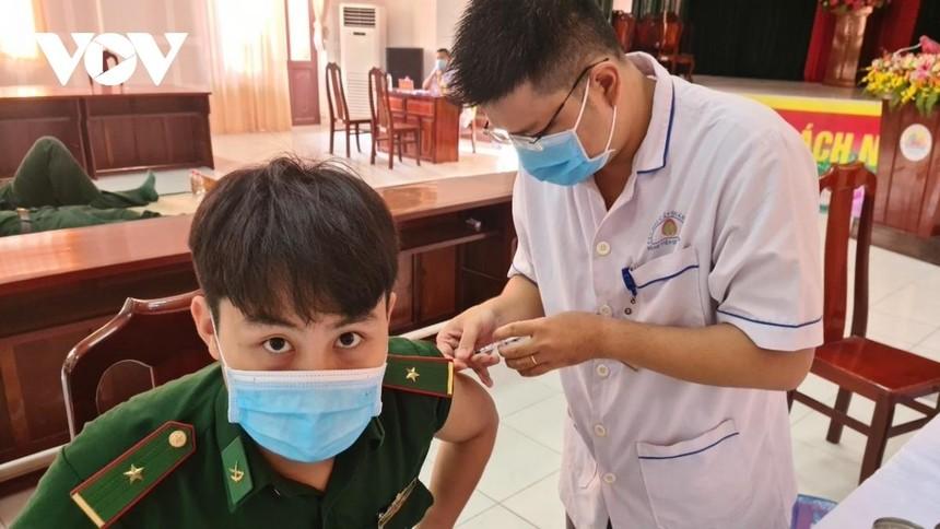 Cán bộ biên phòng được tiêm phòng vắc xin tại Bệnh viện Quân y 120.