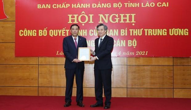 Phó trưởng Ban Tổ chức Trung ương Nguyễn Quang Dương trao quyết định của Ban Bí thư Trung ương Đảng cho ông Hoàng Giang. (Nguồn: Báo Lào Cai).