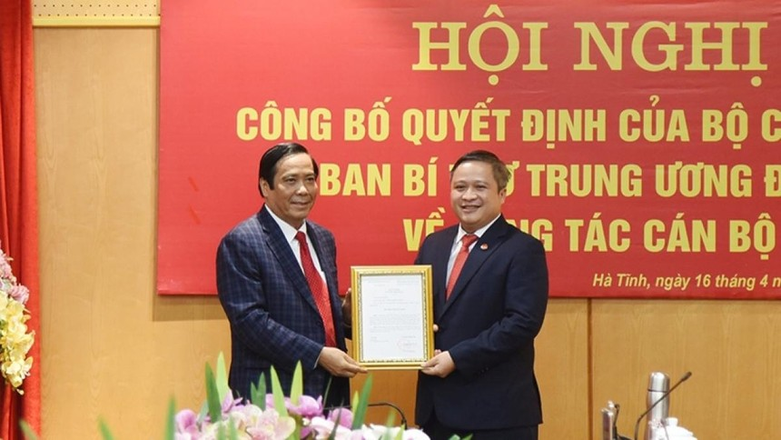 Phó Trưởng Ban Tổ chức Trung ương Nguyễn Thanh Bình trao quyết định cho ông Trần Tiến Hưng.