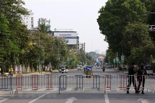 Cảnh sát phong tỏa một tuyến đường nhằm ngăn chặn sự sự lây của dịch COVID-19 tại Phnom Penh, Campuchia. (Ảnh: THX/TTXVN).