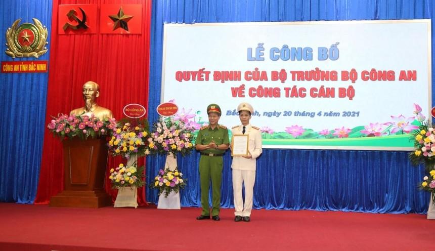 Thượng tướng Lê Quý Vương trao Quyết định và chúc mừng Đại tá Bùi Duy Hưng.