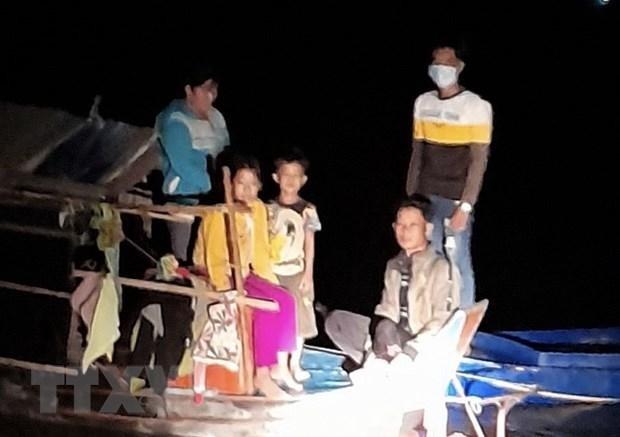 Các đối tượng sử dụng phương tiện vỏ lãi từ bên kia biên giới đang tìm cách nhập cảnh trái phép về Việt Nam qua đường sông Tiền bị phát hiện. (Ảnh: TTXVN phát).