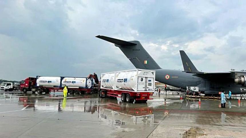 Máy bay Không quân Ấn Độ tại Singapore để nhận các bồn chứa oxy lỏng. Ảnh: ANI.