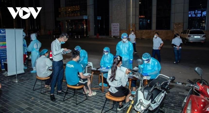 Các bác sỹ đang lấy mẫu xét nghiệm Covid-19 cho người dân.