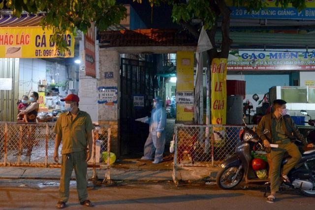 Cơ quan chức năng TPHCM phong tỏa hẻm 20 đường Phạm Đăng Giảng (quận Bình Tân), nơi bệnh nhân 2910 sinh sống. (ảnh: Hoàng Thuận).