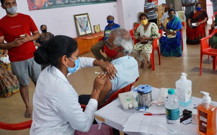 Nhân viên y tế tiêm chủng Covid-19 cho người dân tại thành phố Bengaluru bang Karnataka miền Nam Ấn Độ. Ảnh: ANI.