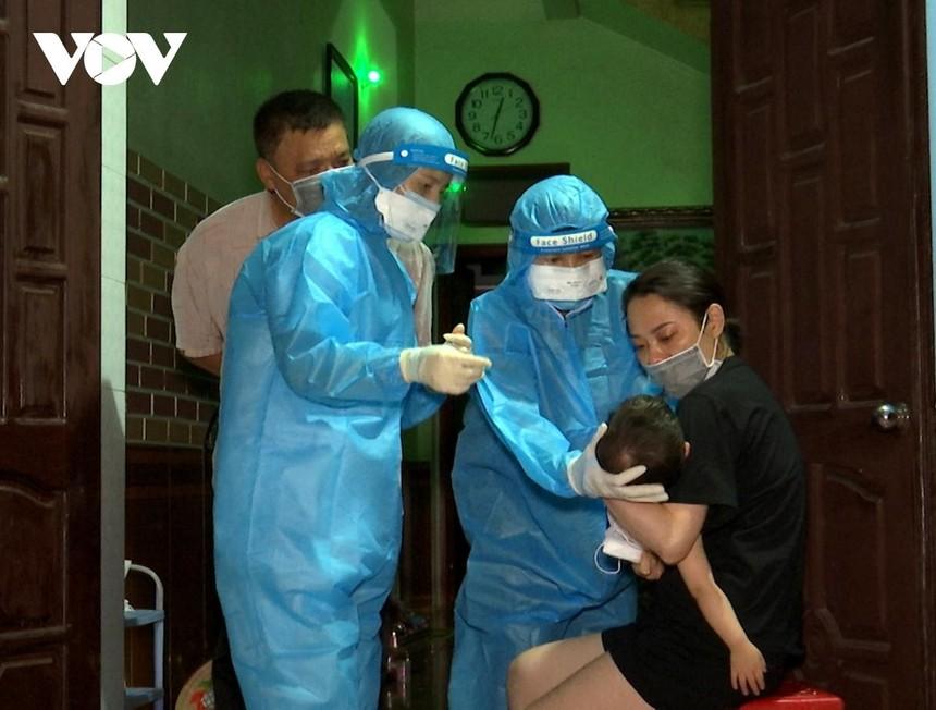Cán bộ y tế lấy mẫu xét nghiệm cho người dân Hà Nam. (Ảnh: CTV Giang Nam).
