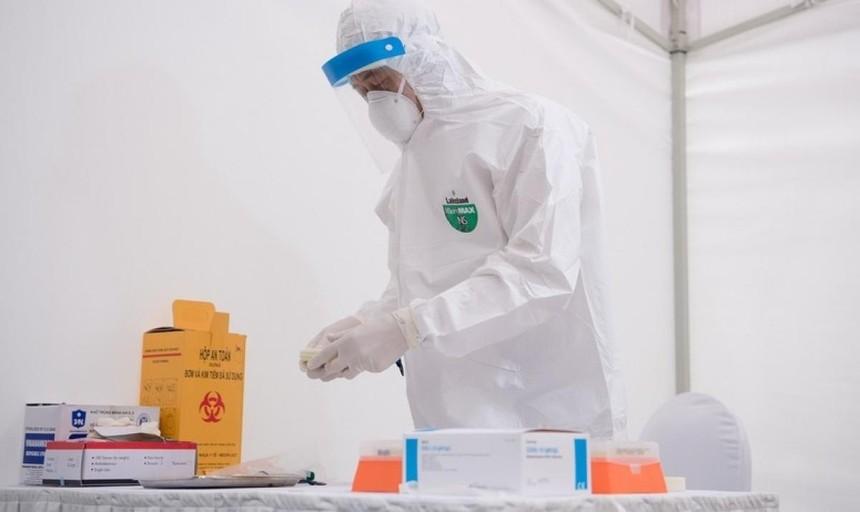 Trưa 2/5, Phó Giám đốc CDC Hà Nội Khổng Minh Tuấn cho biết, 1 trường hợp đã có kết quả xét nghiệm dương tính và người 1 người có kết quả âm tính.