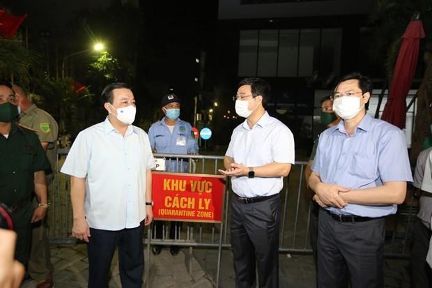 Tối 2/5, ông Chử Xuân Dũng Phó Chủ tịch thành phố Hà Nội cùng đoàn công tác đã tới kiểm tra quy trình cách ly, phòng dịch của chung cư Viễn Đông Star. (Ảnh: PV/Vietnam+).