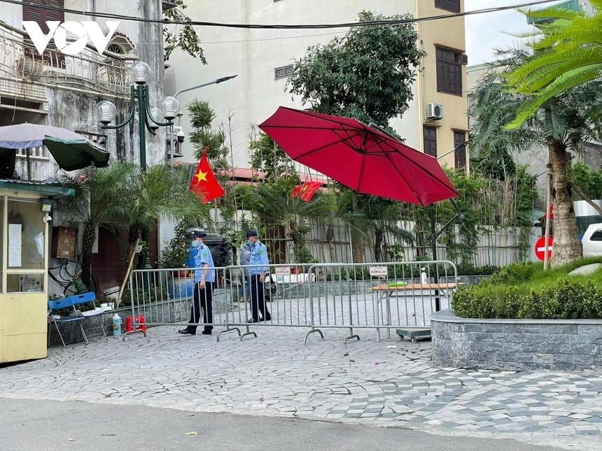 Lực lượng chức năng đã phong tỏa, lập barie chốt chặn người ra vào toà chung cư này.