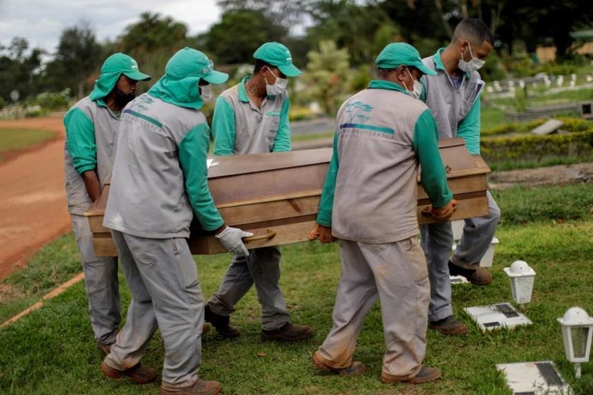 Giới chuyên gia cảnh báo số ca Covid-19 tử vong ở Brazil sẽ tiếp tục ở mức trung bình trên 2.000 ca/ngày trong vài tháng tới. Ảnh: Reuters.