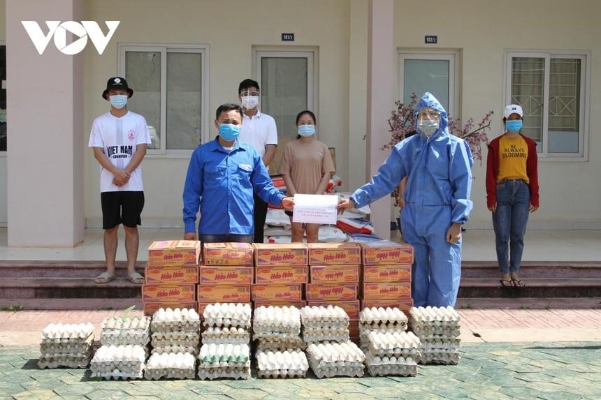 Đại diện Đại sứ quán Việt Nam tại Lào trao quà hỗ trợ sinh viên Việt Nam đang học tập tại Đại học quốc gia Lào.