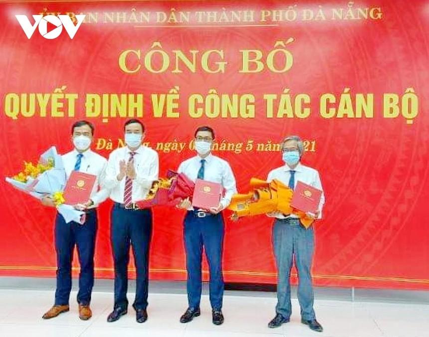Ông Lê Trung Chinh, Chủ tịch UBND TP Đà Nẵng trao Quyết định bổ nhiệm Giám đốc và 2 Phó Giám đốc Sở Xây dựng.
