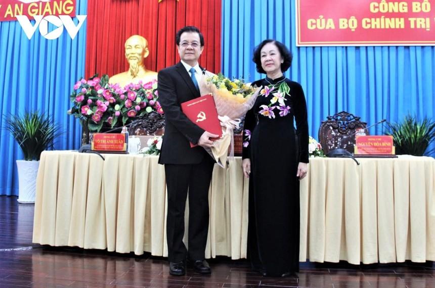 Bà Trương Thị Mai trao Quyết định cho ông Lê Hồng Quang.