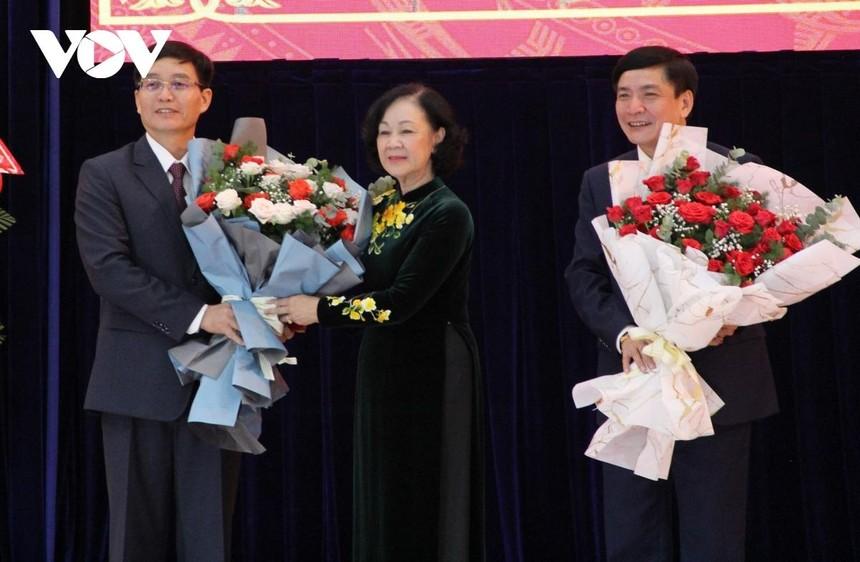 Bà Trương Thị Mai trao Quyết định, tặng hoa chúc mừng tân Bí thư Tỉnh ủy Đắk Lắk Nguyễn Đình Trung.