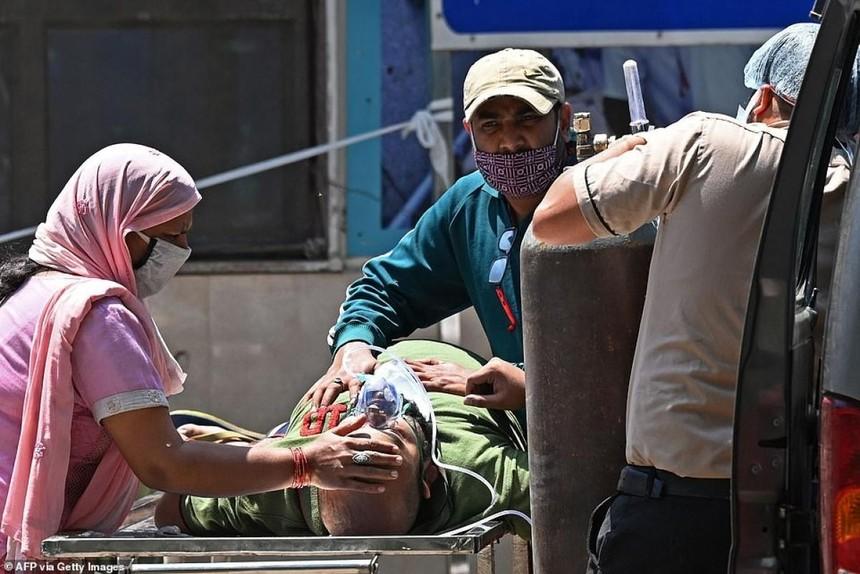Khẩn trương đưa một bệnh nhân Covid-19 tới 1 bệnh viện ở thủ đô New Delhi của Ấn Độ.