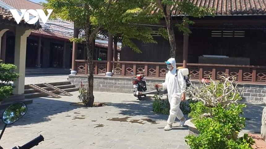 Phun thuốc khử trùng tại các điểm bệnh nhân Covid-19 từng đến tại Quảng Nam để phòng dịch.