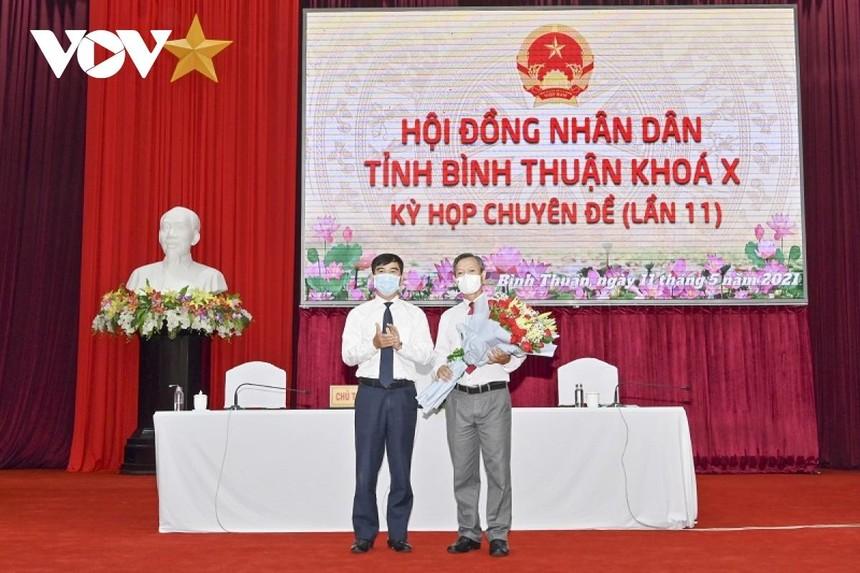 Bí thư Tỉnh uỷ Bình Thuận Dương Văn An tặng hoa chúc mừng tân Phó Chủ tịch UBND tỉnh.