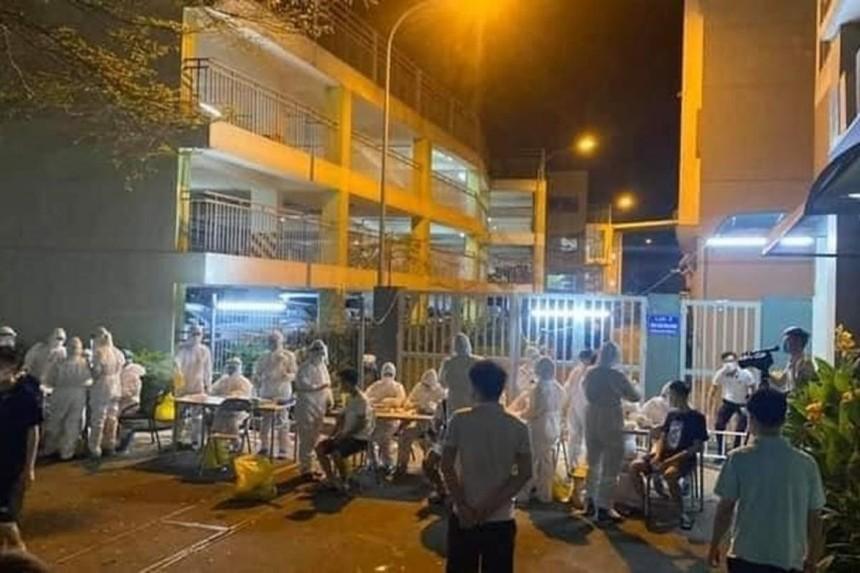 Nhân viên y tế lấy mẫu xét nghiệm SARS-CoV-2 xuyên đêm tại công ty Canon Việt Nam.