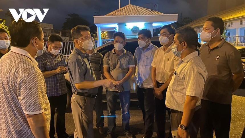 Ông Nguyễn Văn Quảng, Bí thư Thành ủy Đà Nẵng (đứng giữa) đang chỉ đạo chống dịch trước cổng Khu Công nghiệp An Đồn trong đêm 11/5.