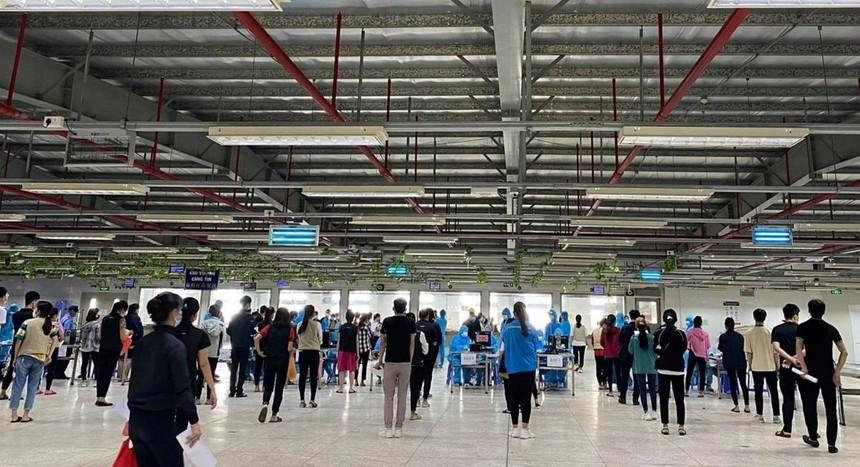Lấy mẫu xét nghiệm SARS-CoV-2 công nhân KCN Vân Trung, tỉnh Bắc Giang.