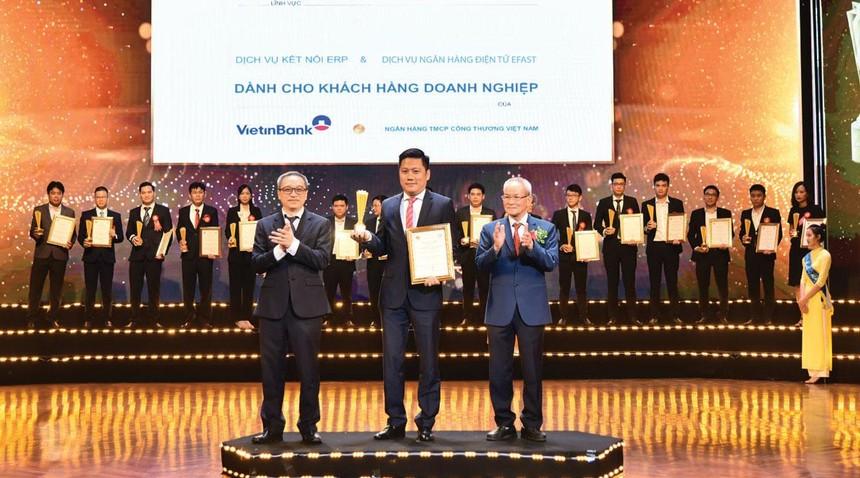 Ông Lê Duy Hải - Giám đốc Khối Khách hàng doanh nghiệp đại diện VietinBank nhận Giải thưởng Sao Khuê với 2 sản phẩm, dịch vụ gồm: VietinBank eFAST và Dịch vụ kết nối ERP dành cho khách hàng doanh nghiệp.