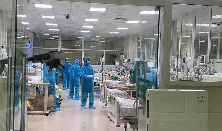 Các bác sĩ điều trị bệnh nhân covid-19 tại BV Bệnh Nhiệt đới Trung ương.