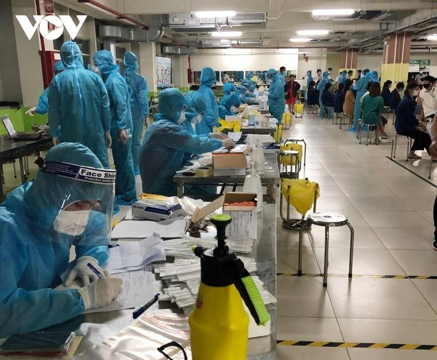 Công tác truy vết, lấy mẫu xét nghiệm cho công nhân trong các KCN ở Bắc Giang vẫn đang được khản trương tiến hành.