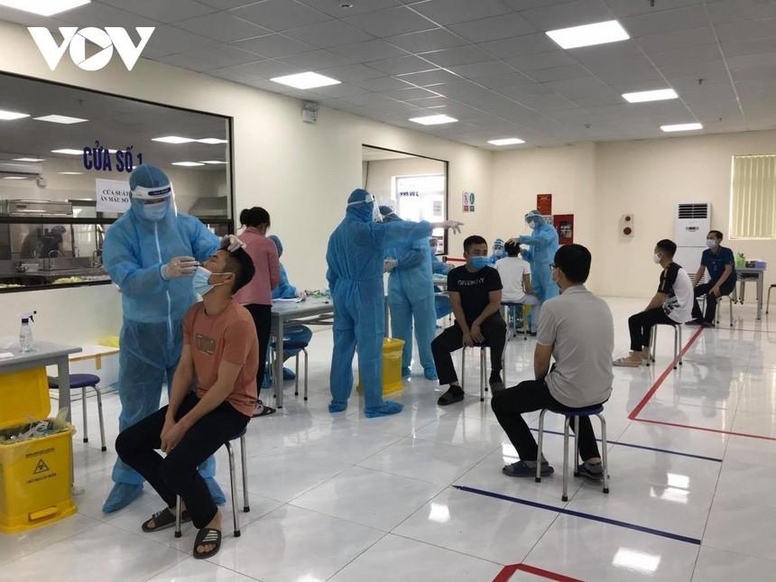 Bắc Giang lấy mẫu xét nghiệm COVID-19 cho công nhân trong khu công nghiệp.