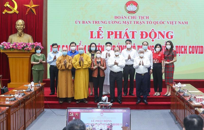 Chủ tịch nước Nguyễn Xuân Phúc chụp ảnh lưu niệm cùng các cơ quan, tổ chức, doanh nghiệp chung tay ủng hộ công tác phòng, chống dịch Covid-19.