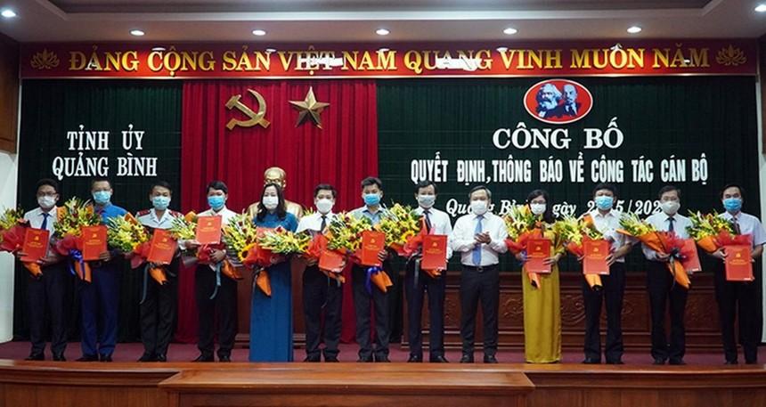 Ông Vũ Đại Thắng- Bí thư Tỉnh ủy Quảng Bình tặng hoa và trao quyết định cho các cán bộ được điều động, bổ nhiệm.