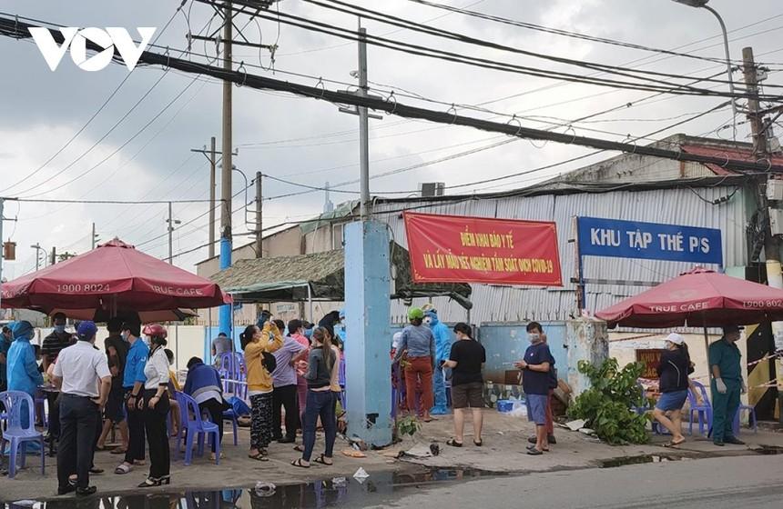 Lấy mẫu xét nghiệm tại quận Bình Thạnh, TP HCM. Ảnh: Hà Khánh.