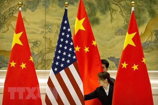 Quốc kỳ Trung Quốc và quốc kỳ Mỹ trước một phiên thảo luận về thỏa thuận thương mại Mỹ-Trung ở Bắc Kinh, Trung Quốc, ngày 14/2/2019. (Ảnh: AFP/TTXVN).