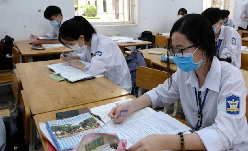 Học sinh lớp 12 Trường THPT Mê Linh, Hà Nội, trong giờ ôn tập. Ảnh: Công Hùng - Ảnh chụp trước ngày 29/4/2021.