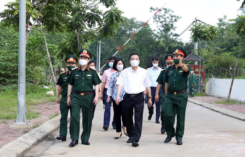 Ông Chu Ngọc Anh kiểm tra khu cách ly tập trung ở Trường Quân sự Bộ Tư lệnh Thủ đô.