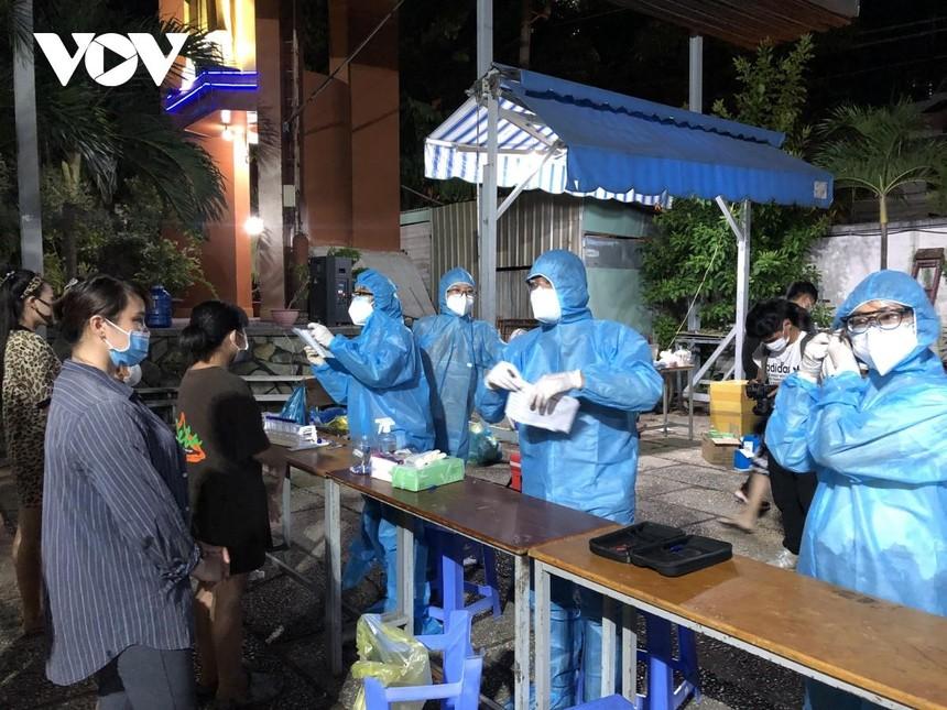 Xét nghiệm xuyên đêm cho gần 50.000 cư dân P15 quận Gò Vấp truy vết liên quan đến Hội thánh truyền giáo Phục hưng.