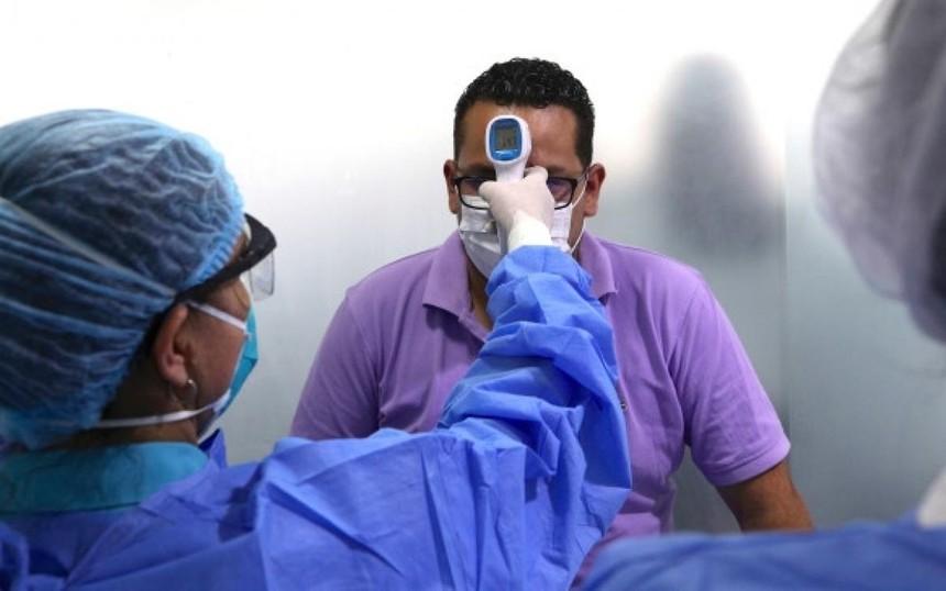 Kiểm tra thân nhiệt ngừa Covid-19 ở Peru. Ảnh: AP.
